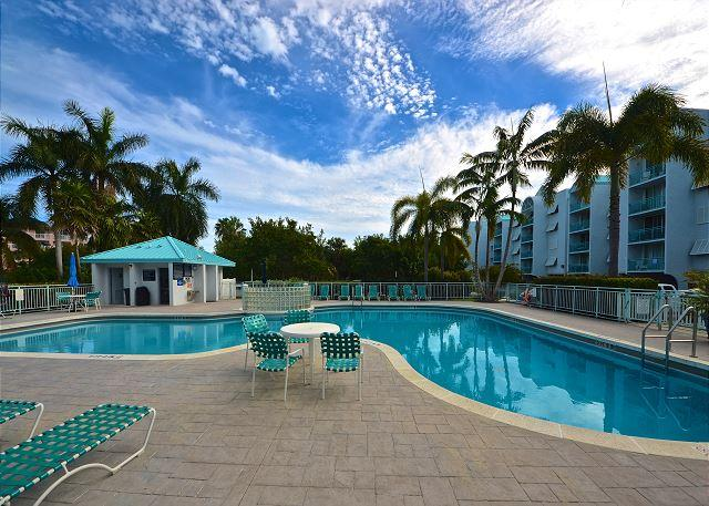 Large sparkling pool with plenty of lounge chairs for relaxing - Salt Pond Hideaway Spacious Condo w/ Huge Pool & Hot Tub. Close to the beach! - Key West - rentals