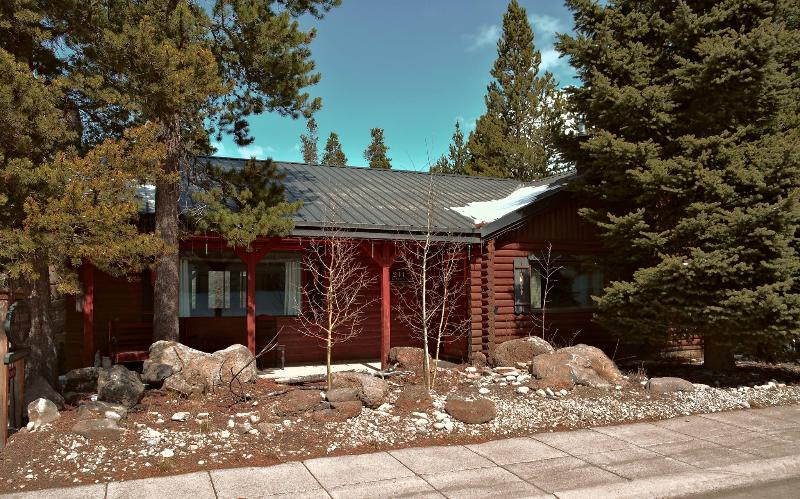 In Town convenience, 5 star reviews, Spacious, Quaint Luxury - Two Feathers Cabin ~ a jewel at forests edge - West Yellowstone - rentals