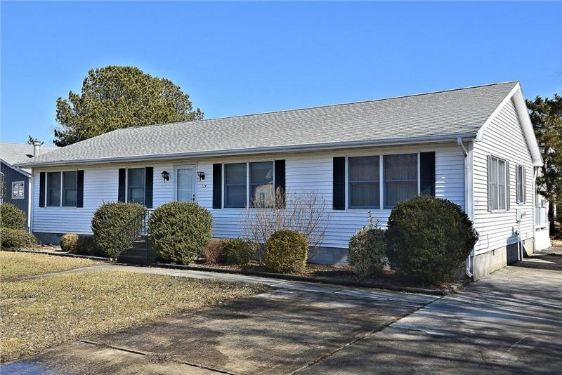 Spacious & clean 3 bedroom, 2 bath home with a Florida & rec rooms - Image 1 - Bethany Beach - rentals