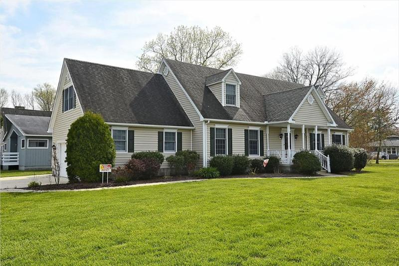 Spacious 5 bedroom home with rec room. Close to pool & tennis courts! - Image 1 - Bethany Beach - rentals