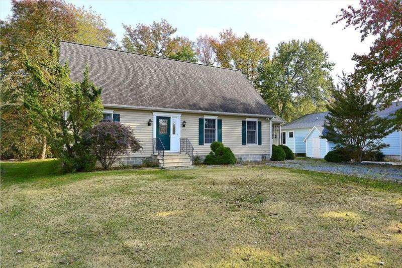 """4 bedroom, 2 bath """"Cape Cod"""" style home with screened porch - Image 1 - Bethany Beach - rentals"""