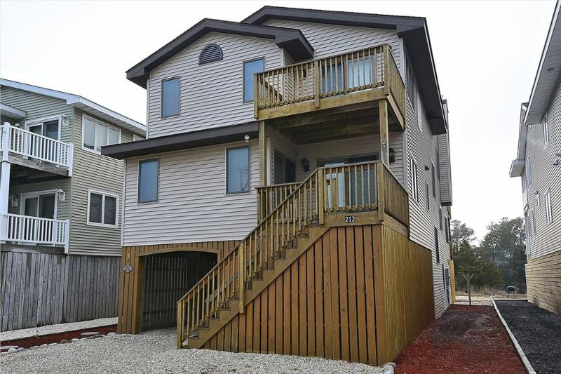 Only a block and a half to the beach! Scenic views of the loop canal! - Image 1 - Bethany Beach - rentals