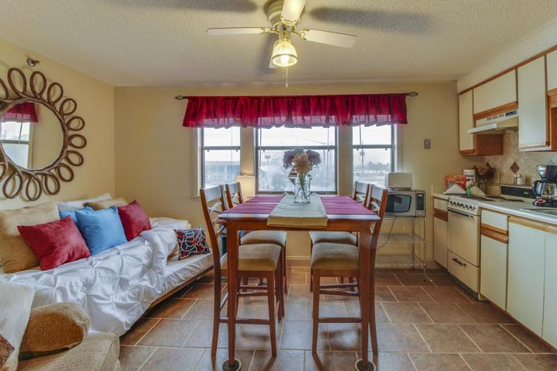 Cozy studio w/ shared resort pool & boat dock on the Grand Lagoon! - Image 1 - Panama City Beach - rentals