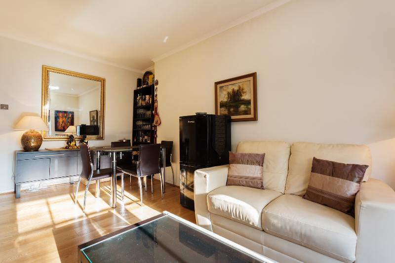 Two-bedroom apartment in Knoll House. - Image 1 - London - rentals