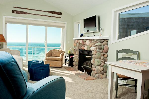 Seacliff Loft - Living Room - Beautiful, Private Top Floor Condo/Hot Tub/Pool - Depoe Bay - rentals