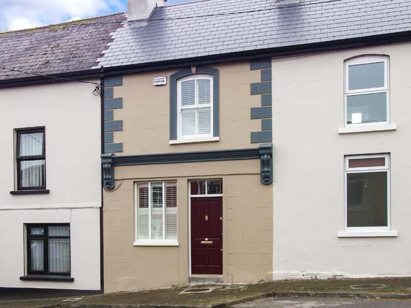 THE TOWNHOUSE, mid-terrace, solid-fuel stove, WiFi, patio, close to local amenities, in Kilmihil, Ref 933171 - Image 1 - Killimer - rentals