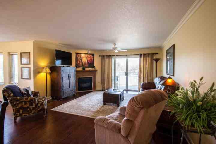 Living Room / Open Floor Plan - Golf Vista #172 ~ Luxury 2BR/2BA Condo - Heart of Pigeon Forge ~ Pet Friendly! - Pigeon Forge - rentals