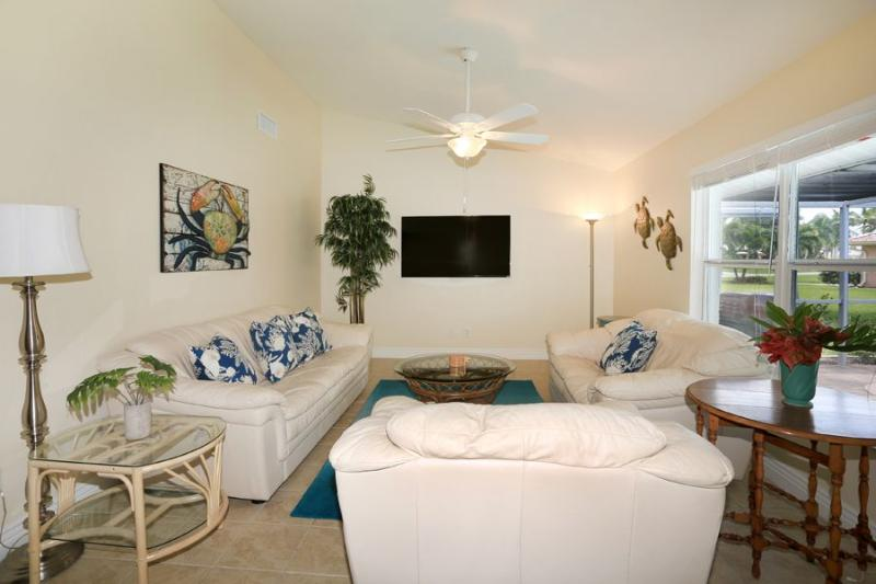 60 inch TV with Netflix in Family Room - Charming Coastal Living, Great View, Fishing, Sun! - Cape Coral - rentals