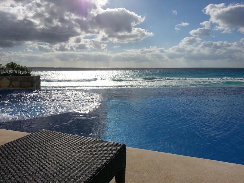 upper level pool jetted spa  - LOFT DESIGN 1 BEDROOM BEACHFRONT CONDO IN HEART OF CANCUN CLUB ZONE - Cancun - rentals