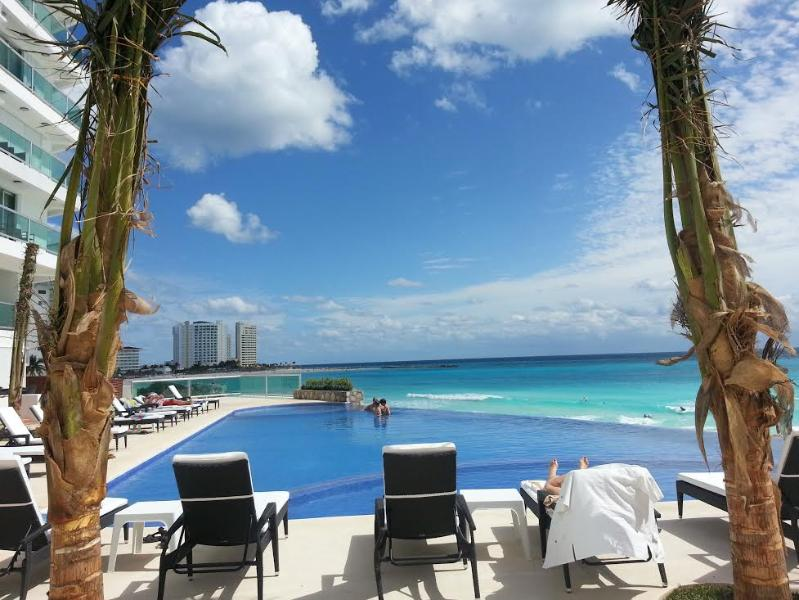 new upper level infinity pool and jacuzzi - BEACHFRONT CLUB ZONE 1 BEDROOM CONDO:KITCHEN, WIFI - Cancun - rentals