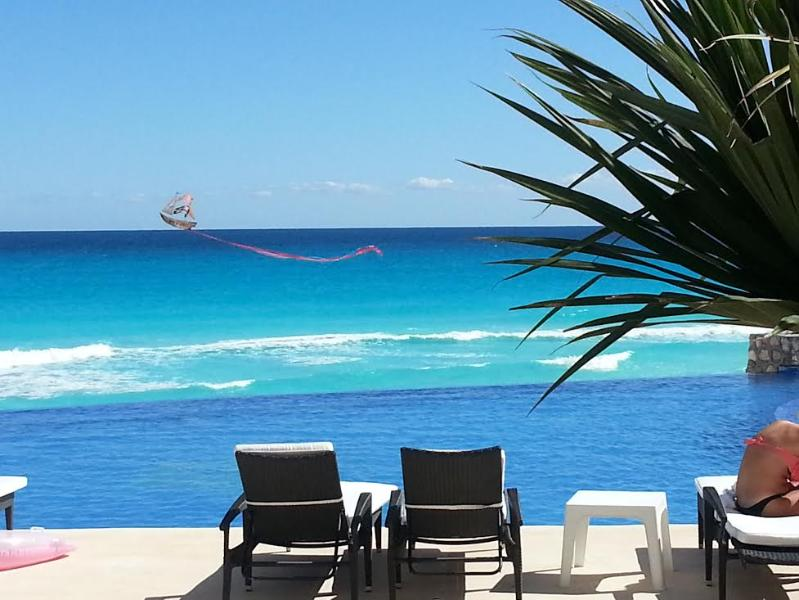 Kite, new infinity pool, beach - BEACHFRONT 1 BEDROOM CONDO IN HEART OF CLUB ZONE - Cancun - rentals