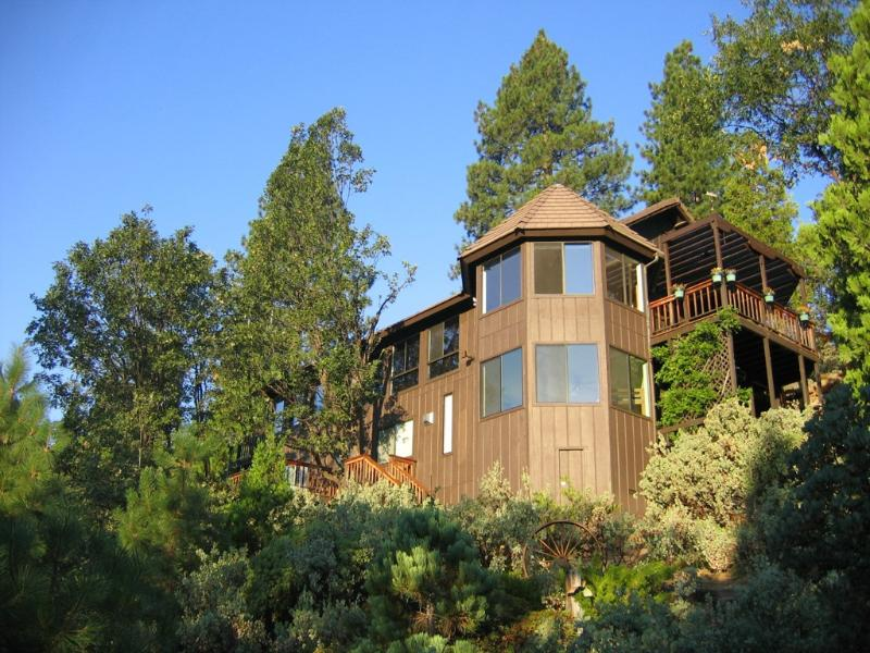 Enjoy this modern home perched high on a hillside only minutes from Yosemite! - Yosemite Vacations, Magnificent Views & a Hot Tub! - Fish Camp - rentals
