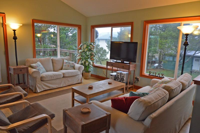 Livingroom - Nedonna Two - 4 Bedroom~Hot Tub~Great Beach Access - Rockaway Beach - rentals