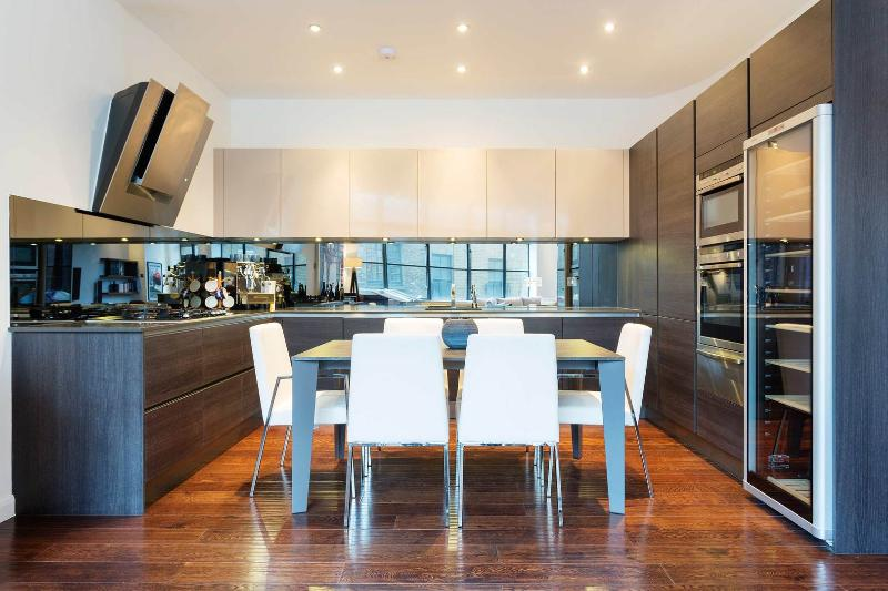 An ultra modern and stylish two-bed apartment in Spitalfields. - Image 1 - London - rentals