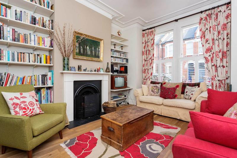A traditional three-bedroom family home in Queen's Park. - Image 1 - London - rentals