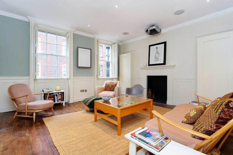 A beautifully indulgent two-bedroom home in Covent Garden. - Image 1 - London - rentals