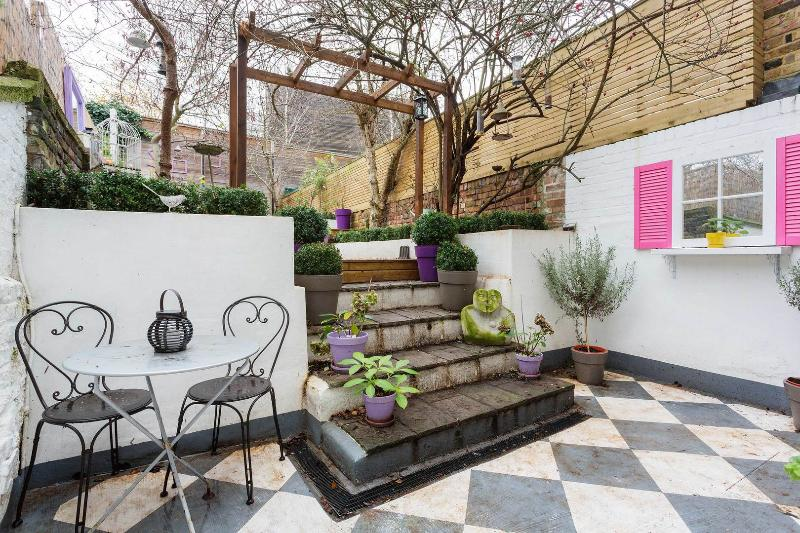 A delightful one-bedroom apartment, moments from Shepherd's Bush station. - Image 1 - London - rentals