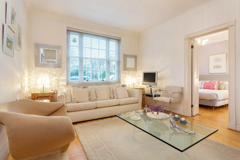 A smartly presented one-bed apartment in a well maintained and popular building in old Chelsea. - Image 1 - London - rentals