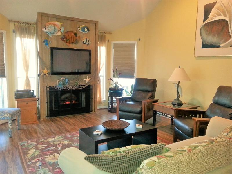 Spacious entertainment room in Galveston, Texas along the beach side - 2 min walk to beach; Ocean views from balconies - Galveston - rentals