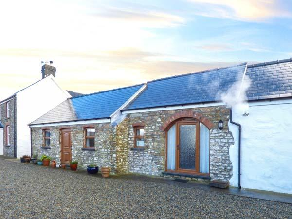 LANSKER, single-storey barn conversion, wet room, garden, woodburner, Popehill Ref 933406 - Image 1 - Haverfordwest - rentals