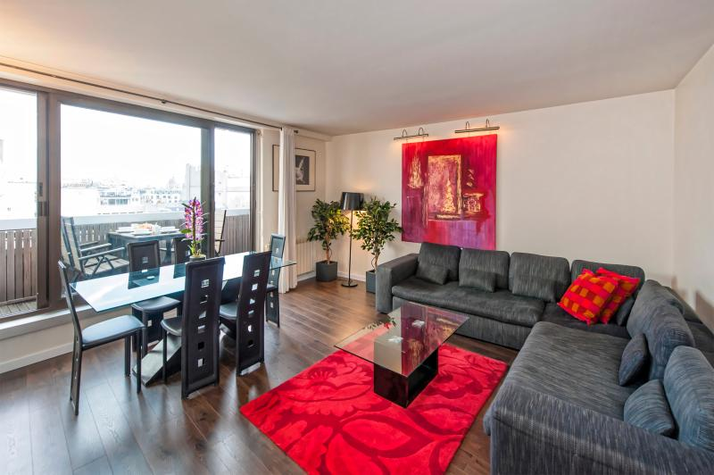 Living room that gives you access to the terrace - Bright 3BD/2BTH with A/C near Champs Elysées - Paris - rentals