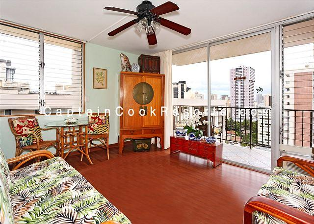 A/C and fan newly renovated with cherry wood floors - Deluxe one bedroom with kitchen, washer/dryer, WiFi, parking - Waikiki - rentals