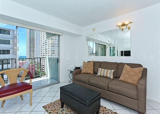 Bright one-bedroom with central AC, just a 5 min. walk to beach!  Sleeps 4. - Image 1 - Waikiki - rentals