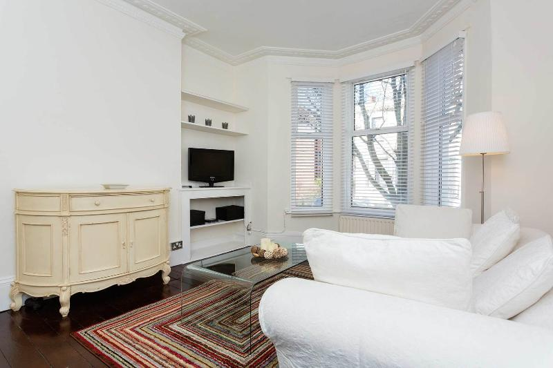 A sweet and bright one-bedroom apartment in Fulham. - Image 1 - London - rentals
