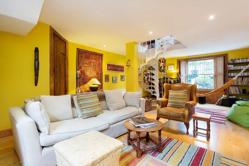 A quirky and colourful two-bedroom home nearby Upper Street. - Image 1 - London - rentals