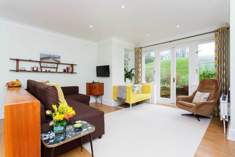 A modern three-bedroom family apartment in bucolic Hampstead. - Image 1 - London - rentals