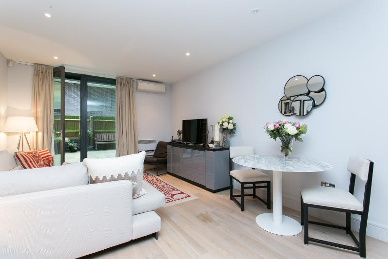 A stylish and contemporary one-bed apartment in London Bridge. - Image 1 - London - rentals