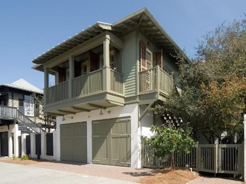 Sandpiper Carriage is in a great location. The Eastern Green and Beach is 5 houses away and the Coquina Pool is 2 houses away.  Great location on the south side of 30A - SANDPIPER CARRIAGE - Rosemary Beach - rentals