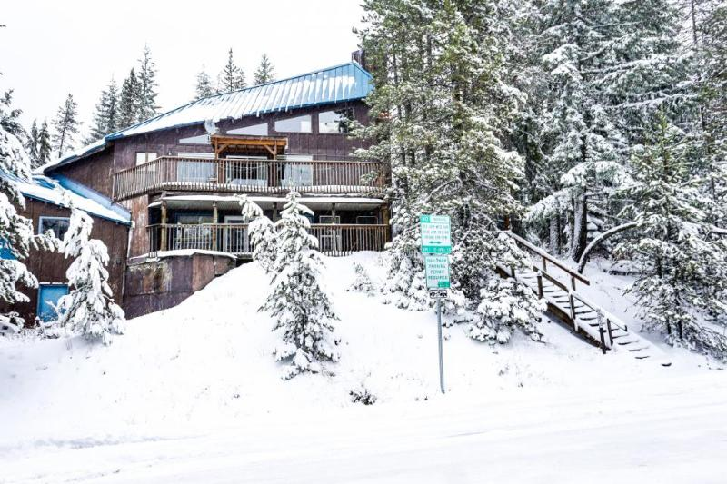 Fantastic dog-friendly duplex with forest views, close ski access! - Image 1 - Government Camp - rentals