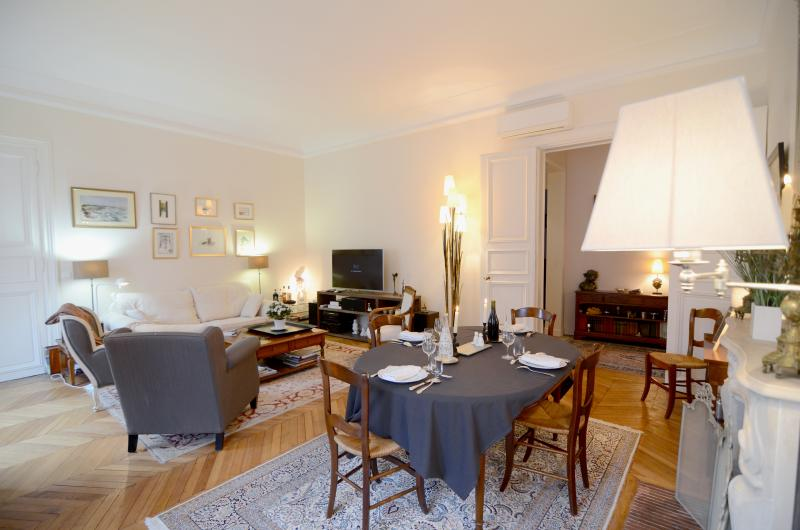 Spacious living and dining area - 2 bedroom parisian luxury next to Champs-Elysées - Paris - rentals