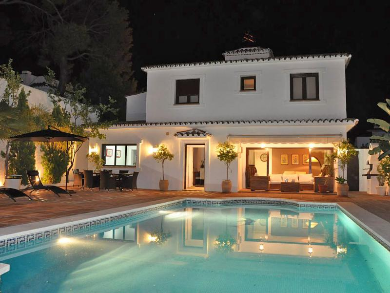 Romantik lighting by night in the town of Marbella. All what you need is within walking distance - Villa with Pool and relax area direct in Marbella - Marbella - rentals