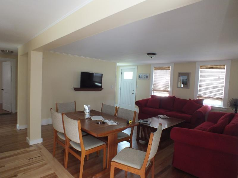 Large open family room with flat screen TV, Wi-Fi, dining table, 2 large sofas - Kennebunkport Rental - Kennebunk - rentals