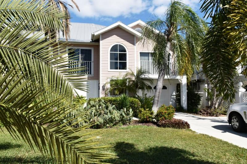 Villa Pelican - Great Location, just 2 ML to Beach - Image 1 - Fort Myers Beach - rentals