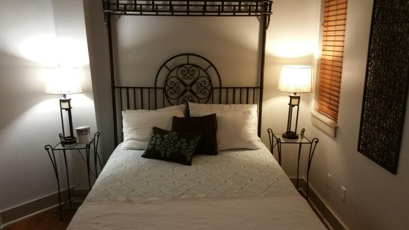 Queen bedroom with luxury linens - Heart of the French Quarter-50 ft from Bourbon St - New Orleans - rentals
