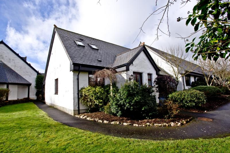 Clematis, Woodland Retreat located in Wadebridge, Cornwall - Image 1 - Wadebridge - rentals