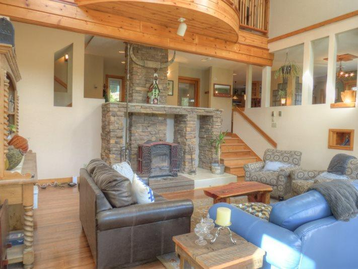 Living Room with Vaulted Ceilings and Skylights - Split Rail Ranch - Blowing Rock - rentals