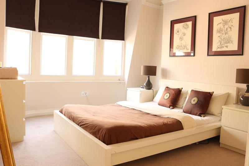 Bedroom 1 - Two bedroom apartment moments from British Muesuem - London - rentals