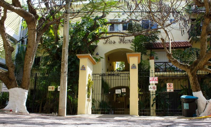 street view of the Las Flores building - LAS FLORES GIRASOL - secure parking space included - Playa del Carmen - rentals
