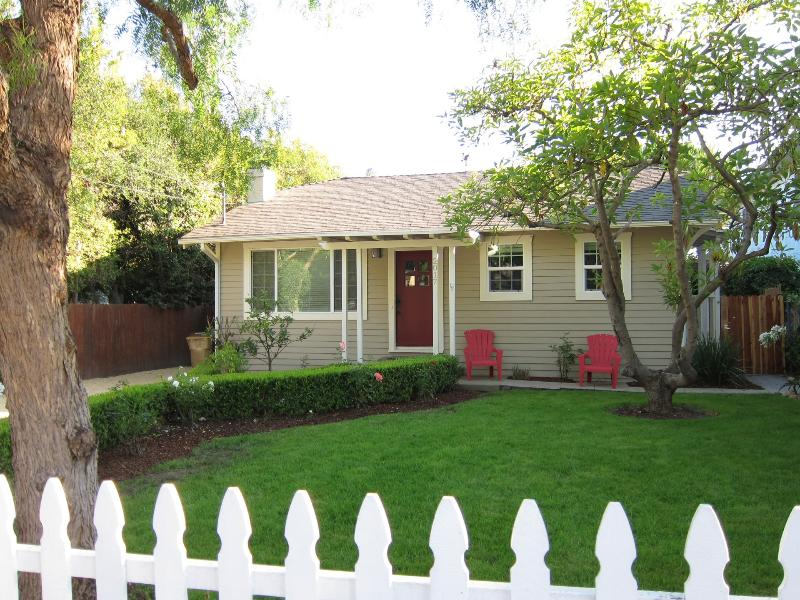 Quintessential Santa Barbara Beach Bungalow - Live Local at Santa Barbara Escape & Walk to State - Santa Barbara - rentals