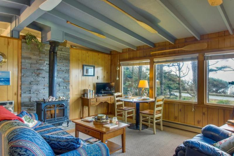 Dog-friendly cottage w/panoramic ocean views in a quiet area - Image 1 - Yachats - rentals