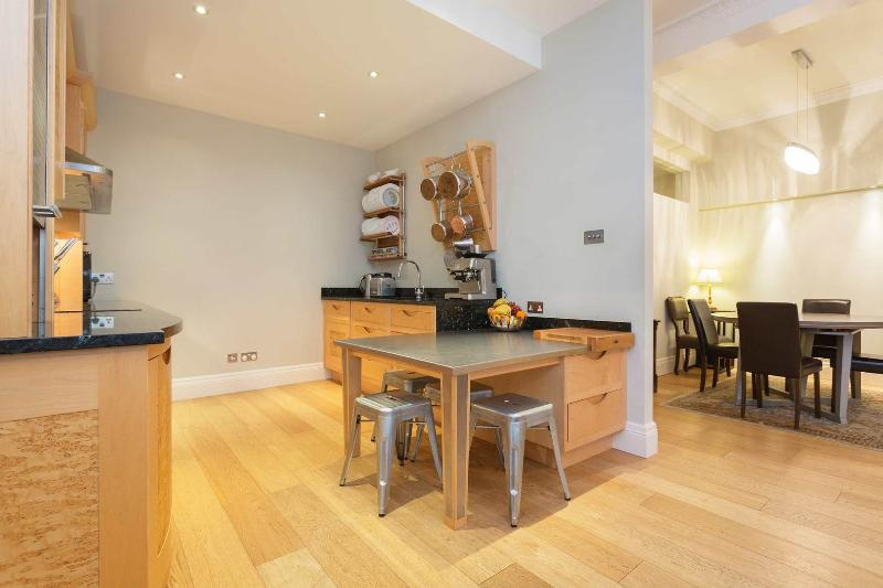 A stunning three-bedroom apartment in Lancaster Gate. - Image 1 - London - rentals