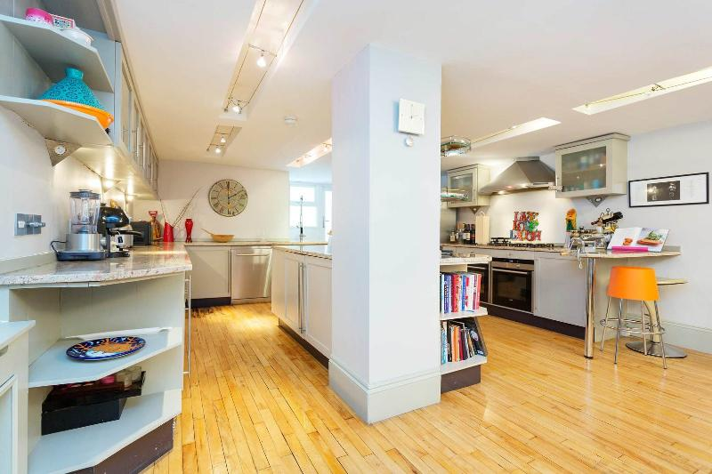 A stylish and modern three-bedroom family home in Fulham. - Image 1 - London - rentals
