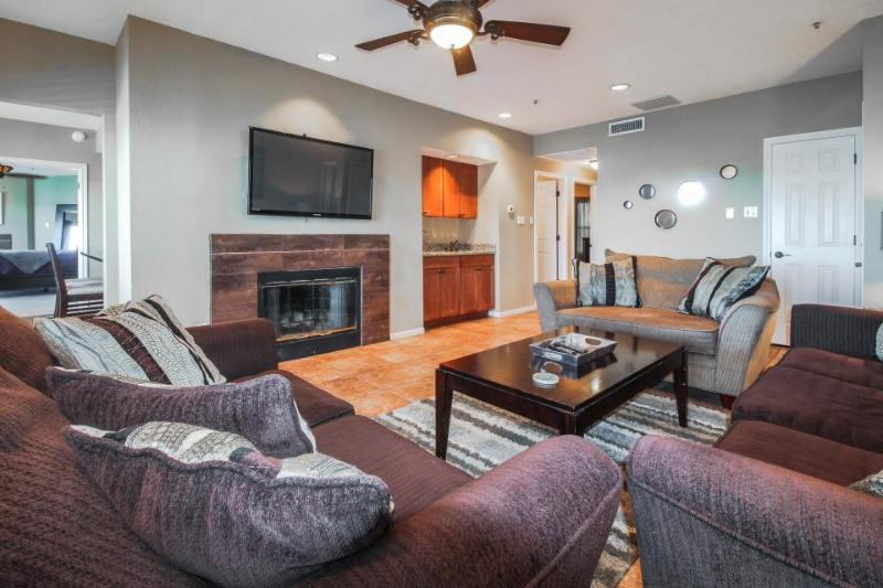 Dog-friendly lakefront condo w/shared hot tub & pool plus lake access! - Image 1 - Lago Vista - rentals