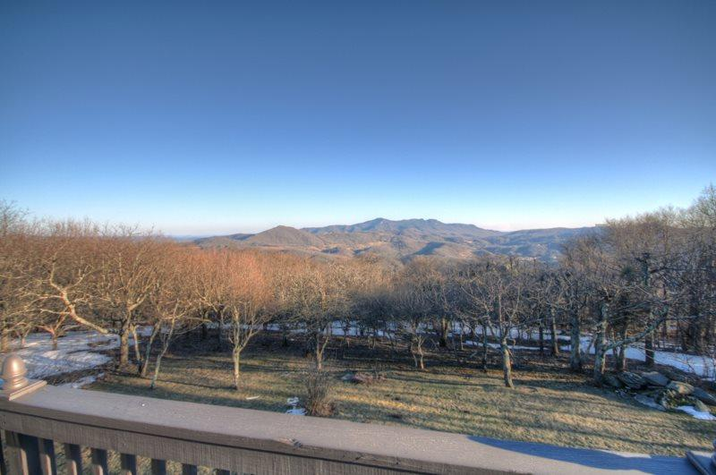 5BR atop Beech Mountain with Long Range, Panoramic Views, King Suite, Jetted - Image 1 - Beech Mountain - rentals