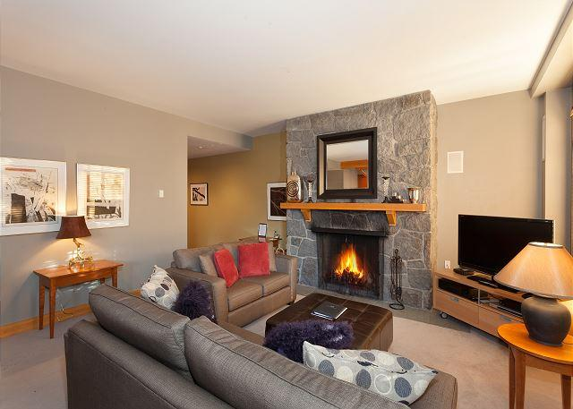 Spacious Living Room with Fireplace and Flat Screen TV - Cedar Creek C | Whistler Platinum | Ski-In/Ski-Out, Fireplace, Hot Tub - Whistler - rentals