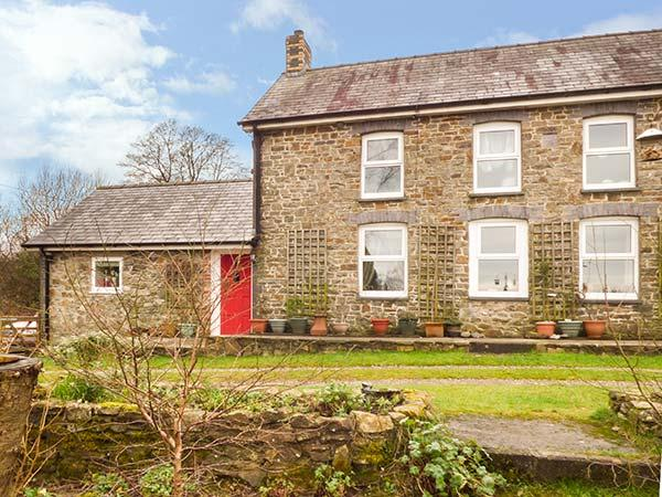 Y CWTCH, single-storey cottage with garden, country setting, walks, coast Llanybydder Ref 917978 - Image 1 - Llanybydder - rentals